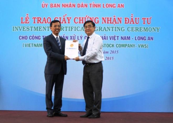 ubnd tinh long an phoi hop voi ubnd thanh pho ho chi minh trao giay chung nhan dau tu cho cong ty cp xu ly chat thai viet nam-long an (hoa ky). anh: vgp
