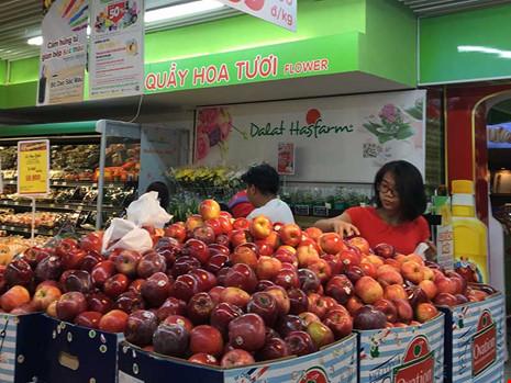 Giật mình với táo Mỹ siêu rẻ đổ đống ở siêu thị Việt