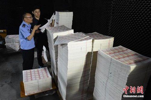 canh sat quang dong tich thu so tien gia tri gia 210 trieu nhan dan te (33 trieu usd). anh:chinanews
