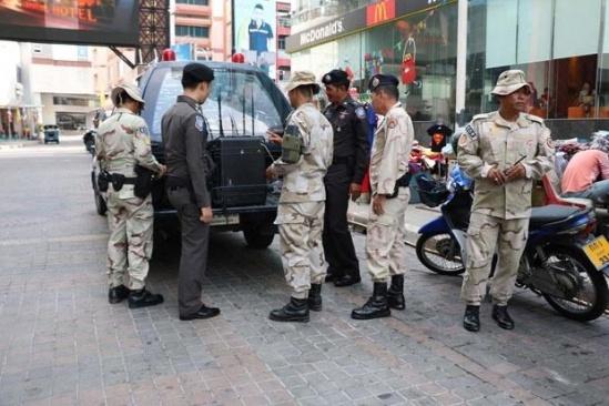 canh sat thai lan kiem tra an ninh cac phuong tien giao thong tai hat yai. (nguon: bangkokpost.com)