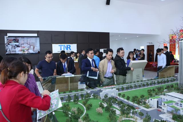 Xếp hàng xem căn hộ mẫu dự án Goldmark City