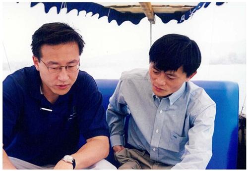 joe tsai (trai) va jack ma (phai) trong cuoc gap nam 1999. anh:alibaba