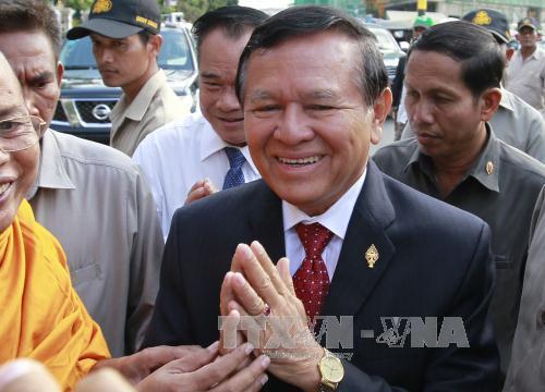 ong kem sokha (giua) toi toa an o phnom penh ngay 8/4/2015. anh: epa/ttxvn