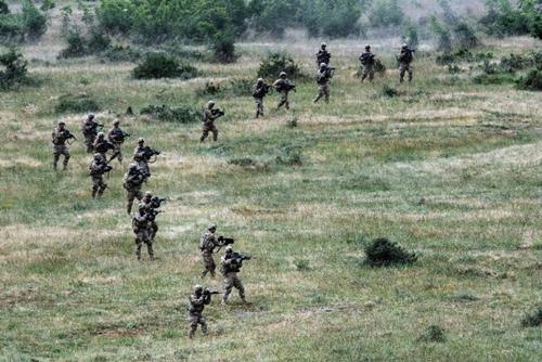 binh si my tham gia tap tran chung voi quan doi bulgaria tai khu huan luyen novo selo ngay 25/6. anh:afp.