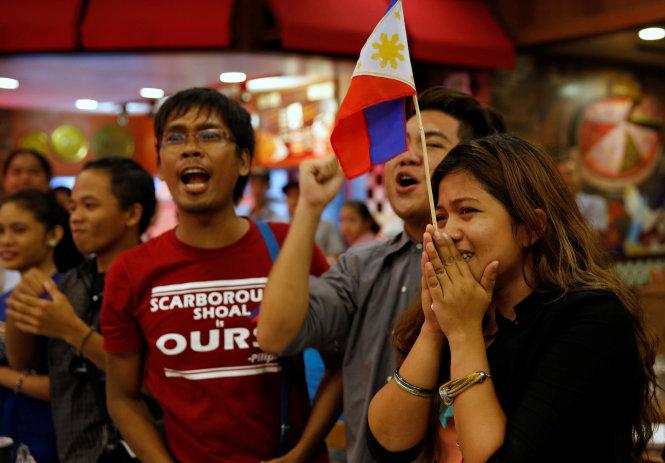 nguoi dan philippines xuc dong khi nghe phan quyet cua toa an quoc te ngay 12-7 - anh: reuters