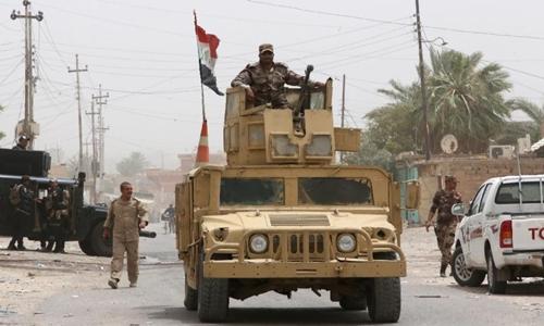 thanh vien luc luong an ninh iraq o thanh pho baiji hom 2/7. anh:afp.