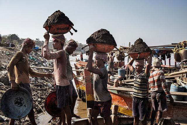 Khan hiếm cát xây dựng, nhiều nước dừng xuất khẩu - Ảnh 1.