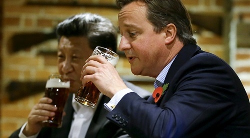 thu tuong anh david cameron (phai) uong bia voi chu tich trung quoc tai mot quan an gan chequers, england ngay 22/10/2015. anh: reuters