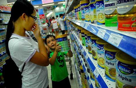 Đã đến lúc phải bỏ 'bàn tay thép' áp trần giá sữa ?