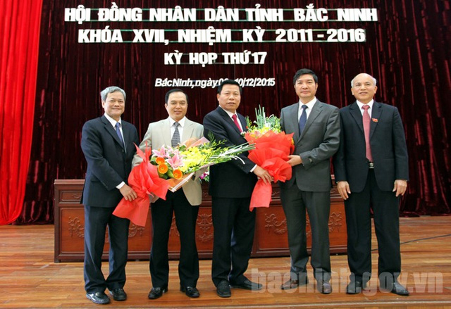 Lãnh đạo tỉnh tặng hoa chúc mừng tânỦy viên UBND tỉnh .