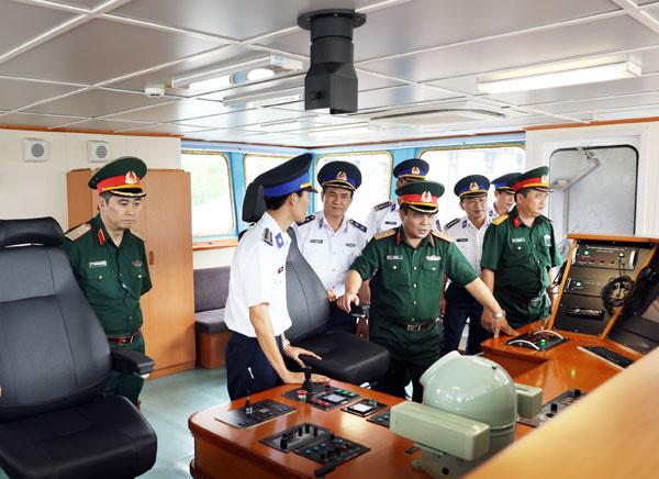 trung tuong le chiem va doan dai bieu tham quan buong lai tau csb 7011.