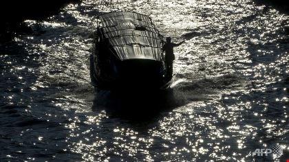 bangkok (thai lan) la noi co mang luoi kenh rach rong lon voi day ap tau thuyen di lai trong gio cao diem (anh: afp)