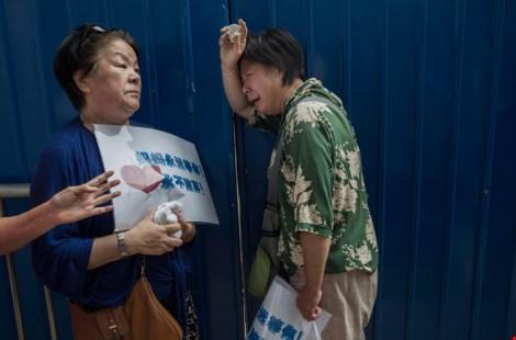 bao lanfang (ben phai) - nguoi than cua mot hanh khach tren chuyen bay mh370 dang cho ben ngoai van phong malaysia airlines o bac kinh nam ngoai(anh: getty images)