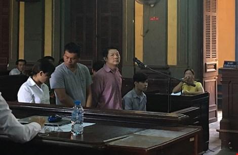 bi cao lin chin sheng (nguoi dung truoc micro) va hai dong pham dang nghe toa tuyen an.