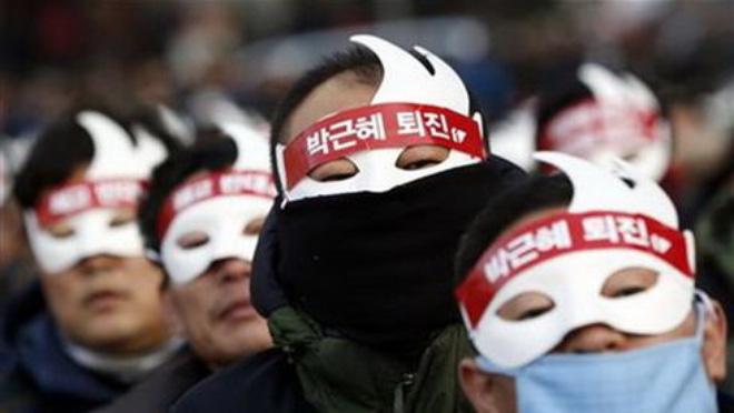 Dân Hàn Quốc đeo mặt nạ xuống đường đòi Tổng thống từ chức