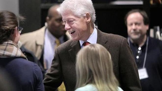 Hơn 45.000 người ký đơn đòi bắt ông Bill Clinton