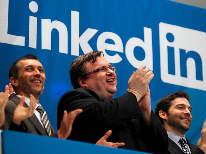 """<b>Tuyển dụng trực tuyến</b></div> <div>Dự báo của Gates: """"Tương tự, những người tìm việc có thể tìm kiếm những cơ hội việc làm trên mạng, bằng cách đưa ra thông tin về mối quan tâm, nhu cầu, và kỹ năng của mình"""".</div> <div>Thực tế: Những trang như LinkedIn cho phép người dùng tải lý lịch xin việc và tìm việc dựa trên mối quan tâm và nhu cầu cá nhân. Các nhà tuyển dụng có thể tìm kiếm nhân sự dựa trên kỹ năng chuyên biệt của họ."""