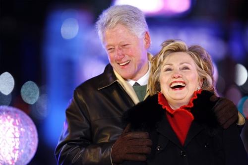 Vợ chồng Clinton kiếm 140 triệu USD trong 8 năm