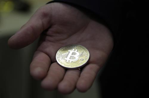 """""""bong bong tien ao"""" bitcoin co nguy co xi vo? anh: epa"""