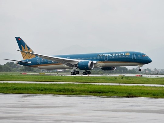 chiec may bay boeing 787-9 dreamliner dau tien cua vietnam airlines ha canh xuong san bay noi bai - anh do vietnam airlines cung cap