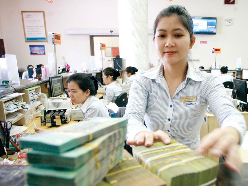 Việc ổn định lãi suất ngân hàng giúp người dân và doanh nghiệp giảm bớt tâm lý hoang mang. Ảnh: Lê Toàn