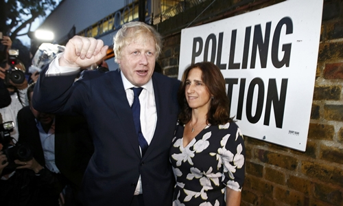 cuu thi truong london boris johnson, ung ho roi khoi eu, cung vo tai mot diem bo phieu o bac london. anh:reuters.