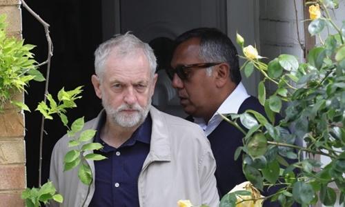 jeremy corbyn, lanh dao cong dang anh, dang dung truoc mot cuoc noi loan cua cac thanh vien cap cao trong dang nay. anh:reuters