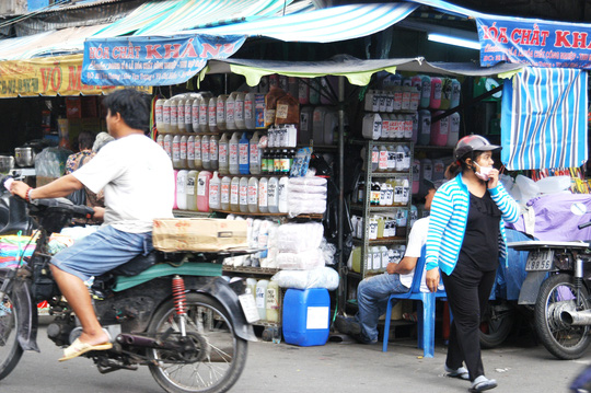 """hoa chat, huong lieu tao mui thuc pham duoc bay ban tran lan o cho kim bien, trong do co """"ca phe sieu dac"""" (anh duoi)"""
