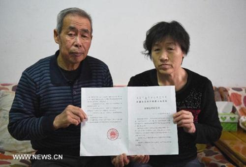 li sanren (trai) vashang aiyun, cha me cua hugjiltu cho thay phan quyet boi thuong oan sai hon haitrieu nhan dan te (khoang322.000 usd) hoi thang 12/2014. anh:xinhua