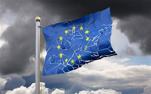 Châu Âu giữa hai gọng kìm khủng hoảng