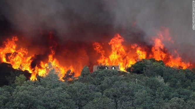 Sau hạn hán, California đang phải chống chọi với các đám cháy rừng - Ảnh: CNN