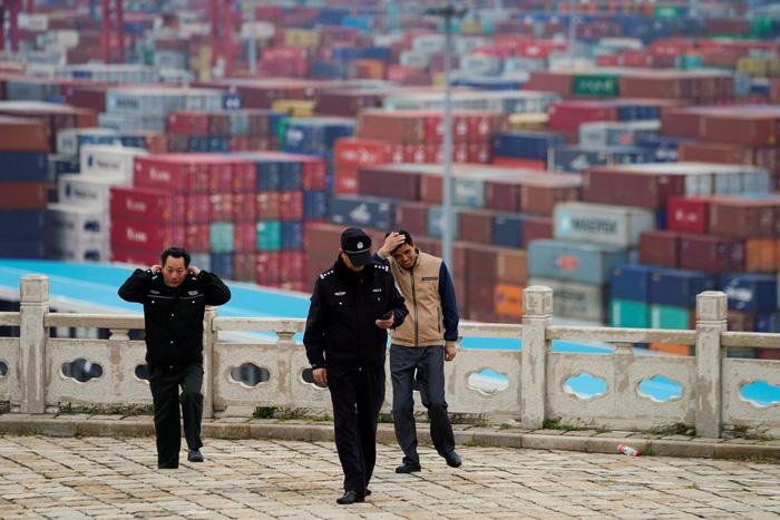 container hang hoa ngap tran o cang nuoc sau yangshan tai thuong hai, trung quoc - anh: reuters