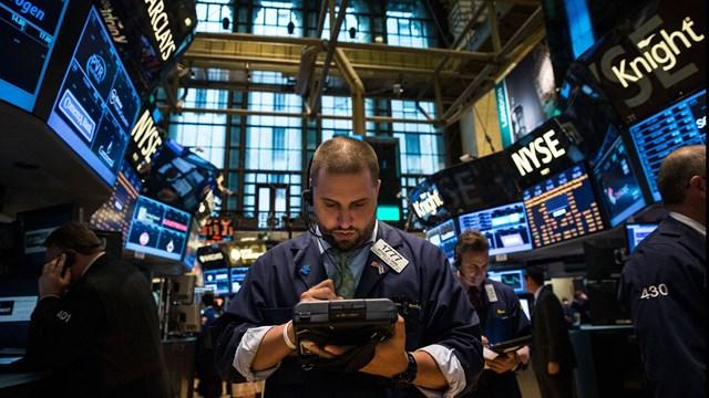 Làn sóng bán tháo chứng khoán mới lan rộng trên toàn cầu