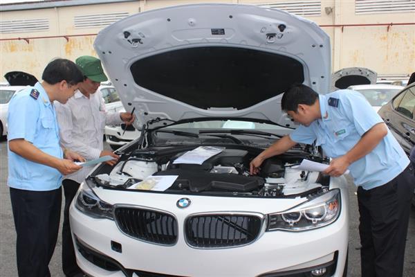 Ô tô nhập ùn tắc: Giá xe đắt thêm trăm triệu đồng