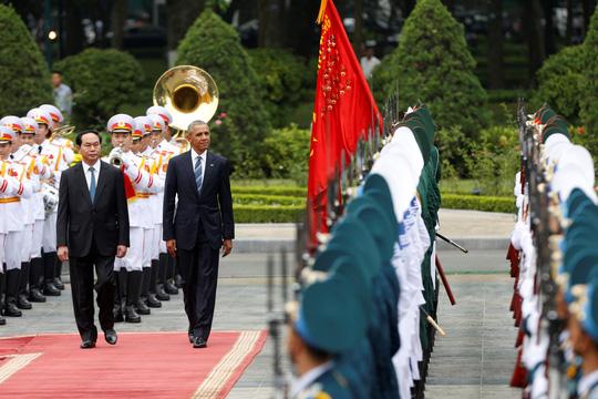 Chủ tịch nước và tổng thống Mỹ duyệt đội danh dự sáng 23-5 - Ảnh: Reuters