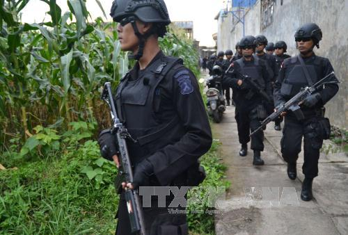 canh sat indonesia lam nhiem vu trong chien dich truy quet. anh: afp/ttxvn