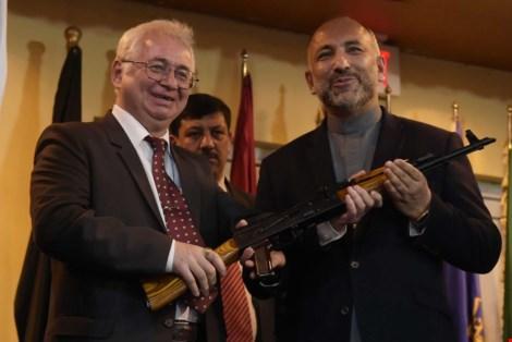 dai su nga tai afghanistan - ong alexander mantytskiy (trai) trao mot khau ak-47 cho co van an ninh quoc gia afghanistan - ong hanif atmar trong buoi le tang lo vu khi. anh: afp