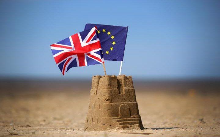 """Dân """"chơi"""" chứng khoán Việt Nam đặt cược may rủi Anh ở lại Eurozone"""