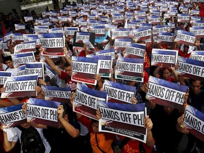 dan philippines bieu tinh phan doi trung quoc tai lanh su quan trung quoc o thanh pho makati, philippines hoi thang 5.2015 - anh: reuters