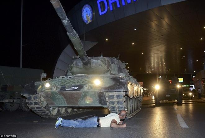 Người dân Thổ Nhĩ Kỳ nhảy lên nóc xe tăng chặn đảo chính