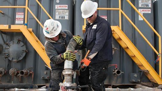 Giá dầu tăng mạnh nhờ tín hiệu bắt tay giữa Nga và OPEC