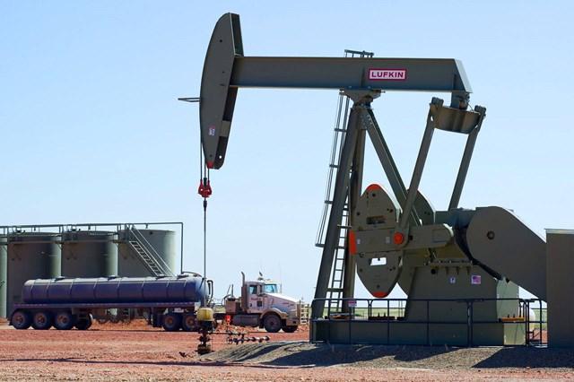 Giá dầu phục hồi 2% trong phiên biến động mạnh nhất 24 năm