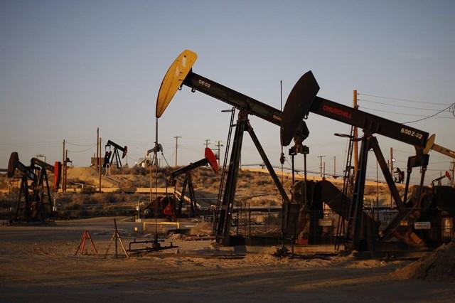 Giá dầu giảm gần 4%, giá xăng Mỹ thấp nhất 6 năm