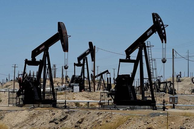 Giá dầu giảm gần 4% do tin xấu từ Trung Quốc và dư cung