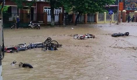Điện Biên vỡ đập Huổi Củ: Tài sản người dân trôi ra đường