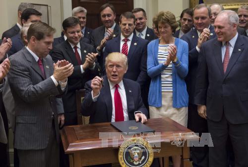 Tổng thống Mỹ dỡ bỏ lệnh cấm khai thác dầu mỏ, khí đốt ngoài khơi