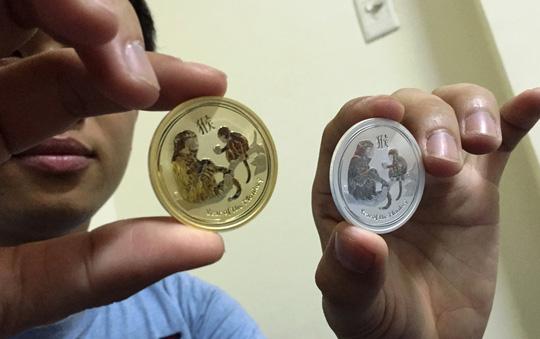 Đồng xu mạ vàng in hình khỉ giá 3 triệu đồng