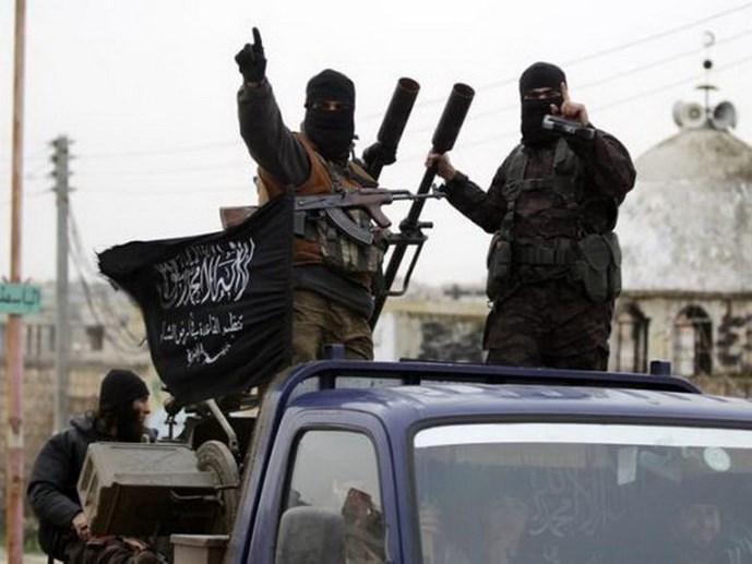 cac tay sung thuoc to chuc mat tran al-nusra xuat hien tai ngoai o thanh pho idlib (syria) hoi thang 12.2014 - anh: reuters