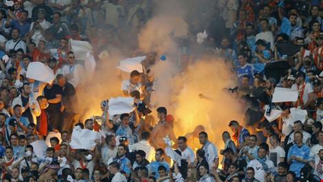 bom khoi phat no trong tran bong o san van dong stade de france, paris hom 21-5. (anh: ap)