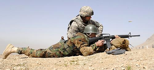 mot linh my kiem tra nang luc ban sung cua linh afghanistan.